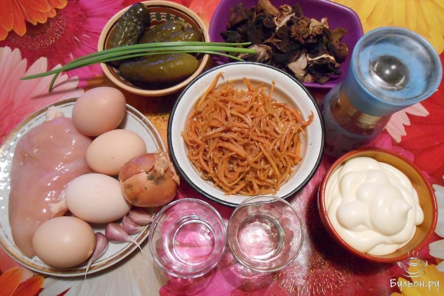Подготовить ингредиенты для салата. Яйца сварить вкрутую.