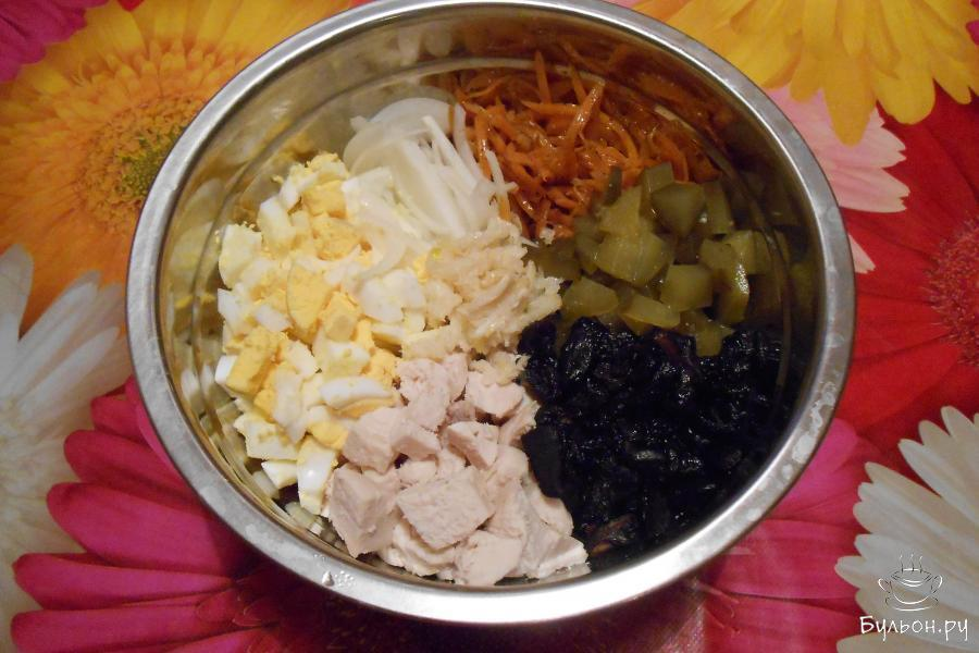 Соединить в глубокой миске морковь по-корейски, маринованный лук, яйца, огурцы, отварные грибы и куриное филе и чеснок, выдавленный через пресс.