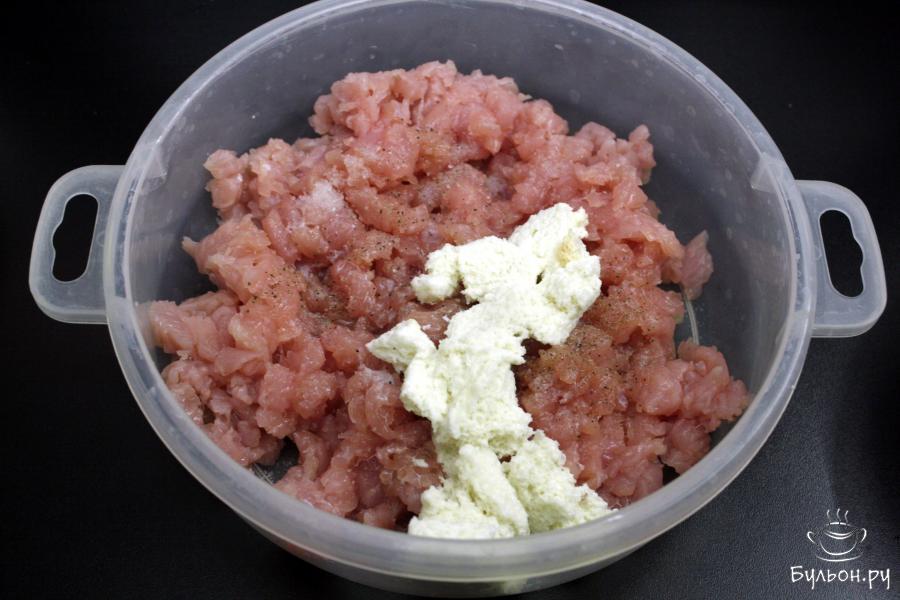 В миске соединить фарш из индейки и размоченный кусочек хлеба, посолить и поперчить по вкусу. Добавить оставшееся молоко или можно заменить водой. Вмешать жидкость в мясо. Оставить на пару минут, пока будет готовиться форма для запекания.