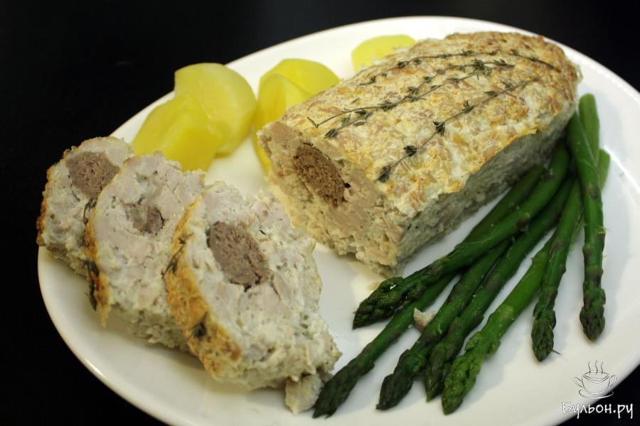 Аккуратно вынуть из формы, подать на общем блюде или порционно с овощами, нарезать ломтиками по 2-3 см. Приятного аппетита.
