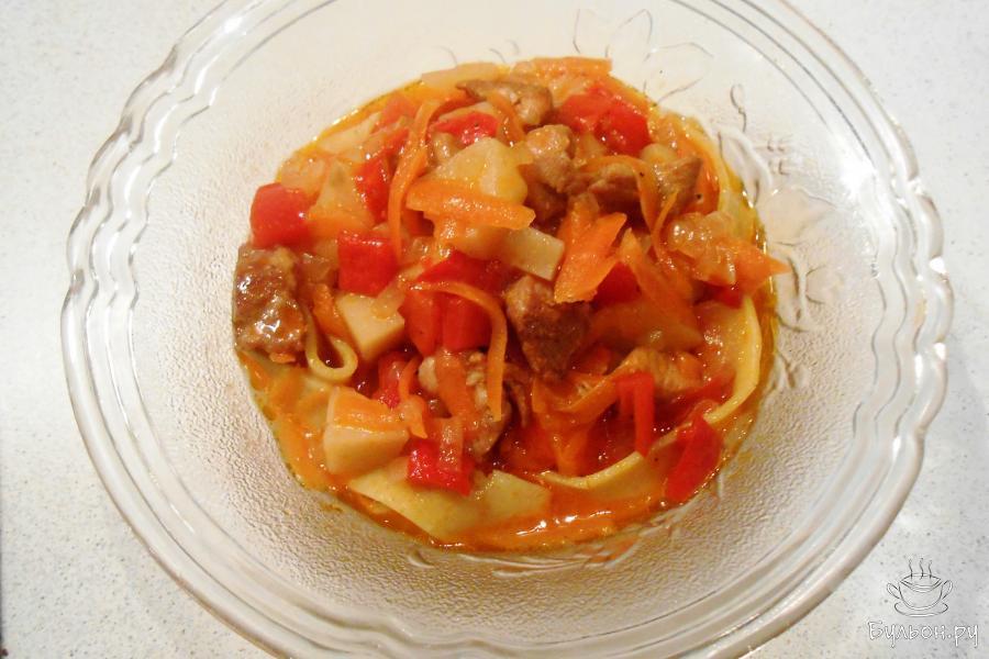 Сверху выкладываем мясо с овощами и поливаем соусом. Лагман готов. Приятного аппетита.