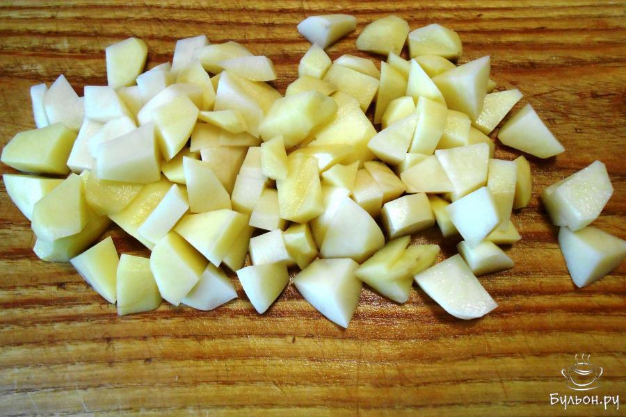 Картофель почистить, помыть и нарезать некрупными кубиками.