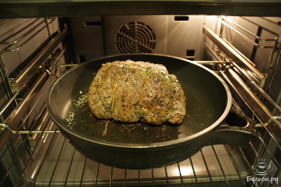 Обжаренный кусок мяса переложить в форму для запекания (я просто откручиваю ручку у сковороды, пригодной для духовки) и поместить в разогретую до 160 градусов духовку на 40 минут