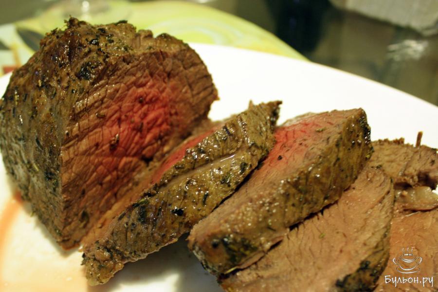 Нарезаем мясо и выкладываем на тарелки