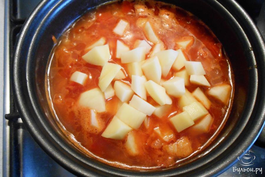 Добавить картофель в кастрюльку и варить до готовности картофеля.