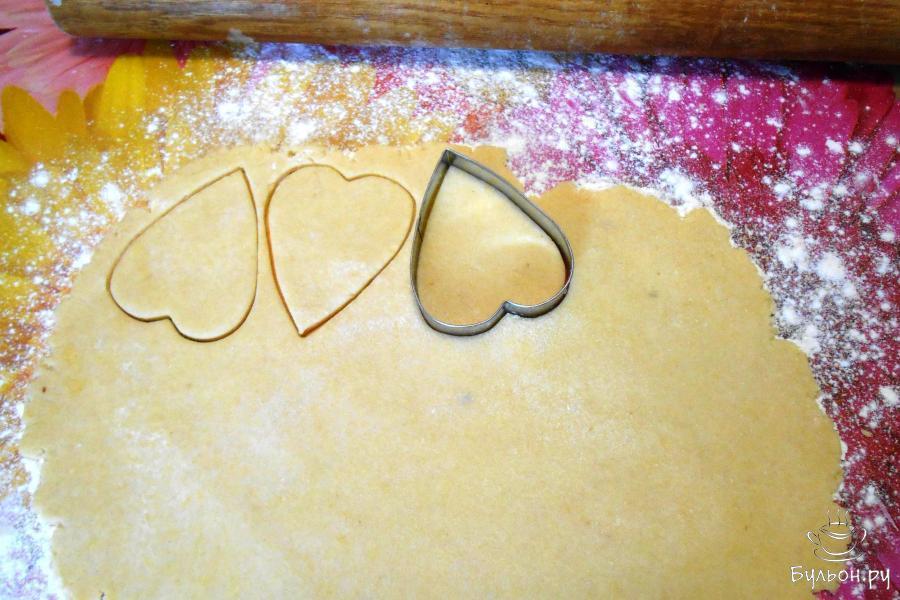 Раскатать в тонкий пласт первую часть теста и вырезать формой для печенья сердца.