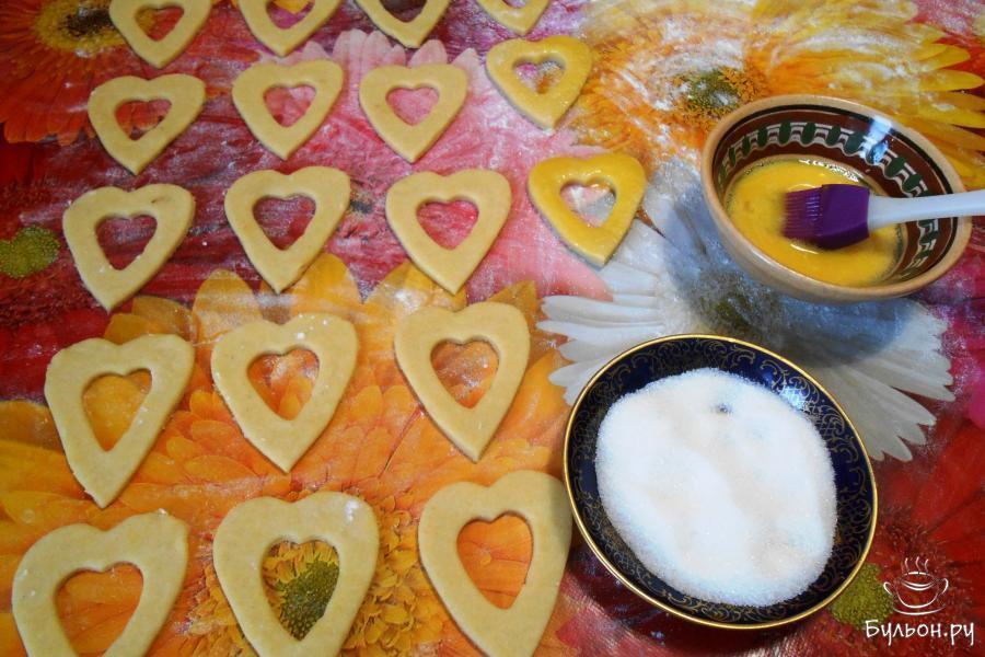Смазать ободки взбитым яйцом и посыпать сахаром (2 столовые ложки).