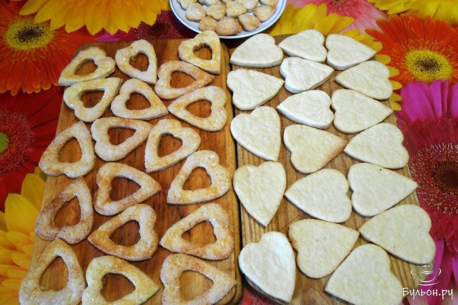 Заготовки для печенья остудить.