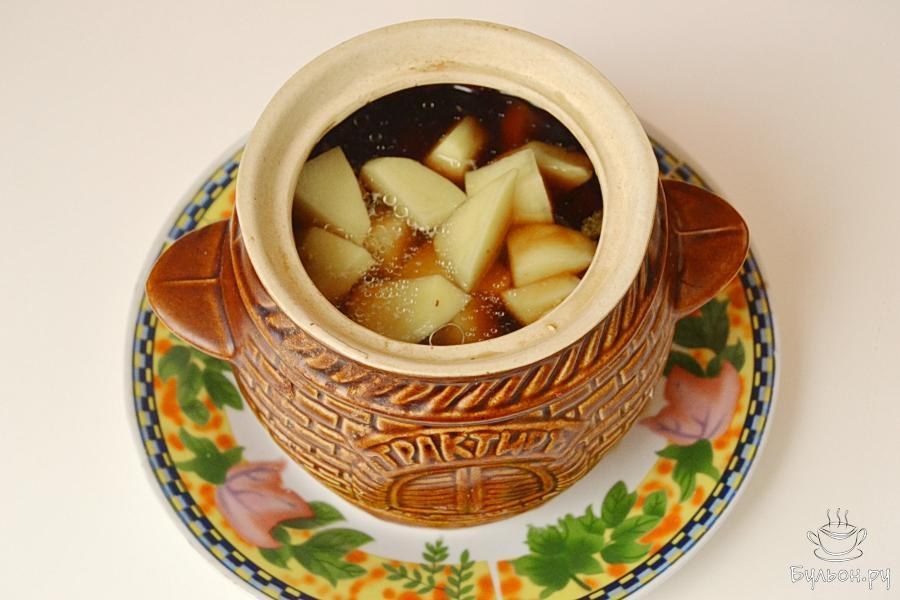 Далее очередь картошки. Картошку нарезать кусочками и разложить по горшочкам - примерно по 2 картофелины на один горшочек. В каждый горшочек добавить грибной бульон, соль и перец по вкусу. Закрыть крышками и поставить в духовку. Время готовки - примерно 1.20.