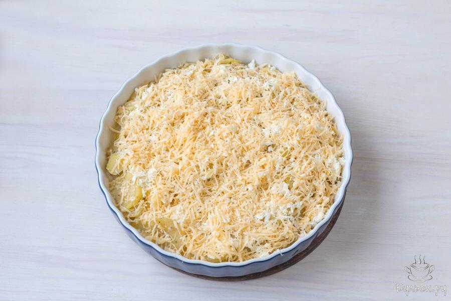 Затем присыпьте картофель натертым сыром.