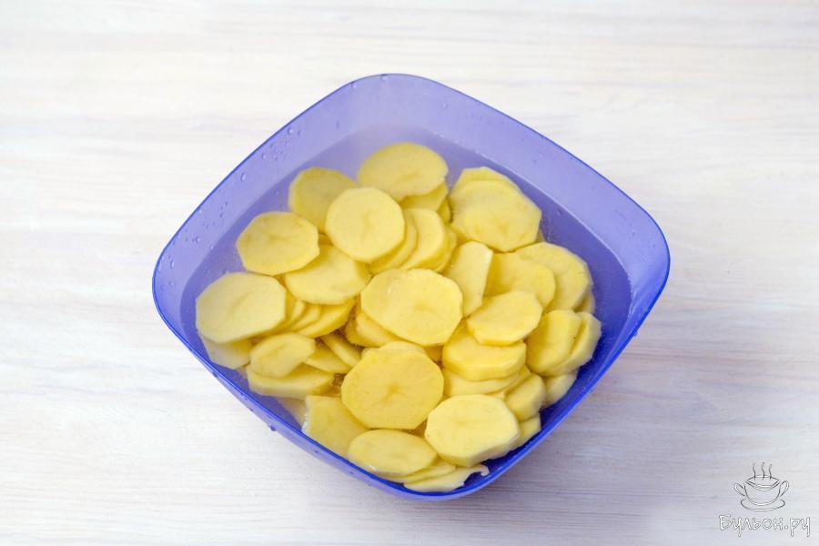 Очистите и нарежьте картофель кружочками толщиной 3-4 миллиметра.
