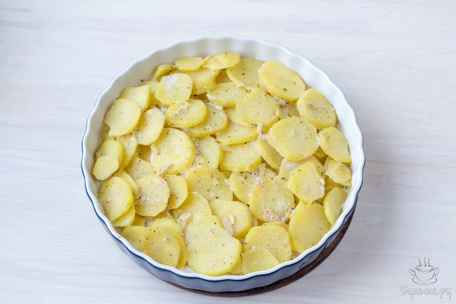 Поместите картофель в разогретую до 175 градусов духовку и выпекайте 20-25 минут.