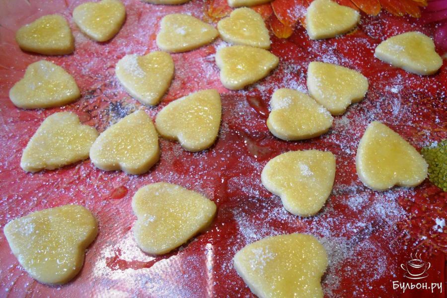 Маленькие сердечки также смазать взбитым яйцом и посыпать сахаром.