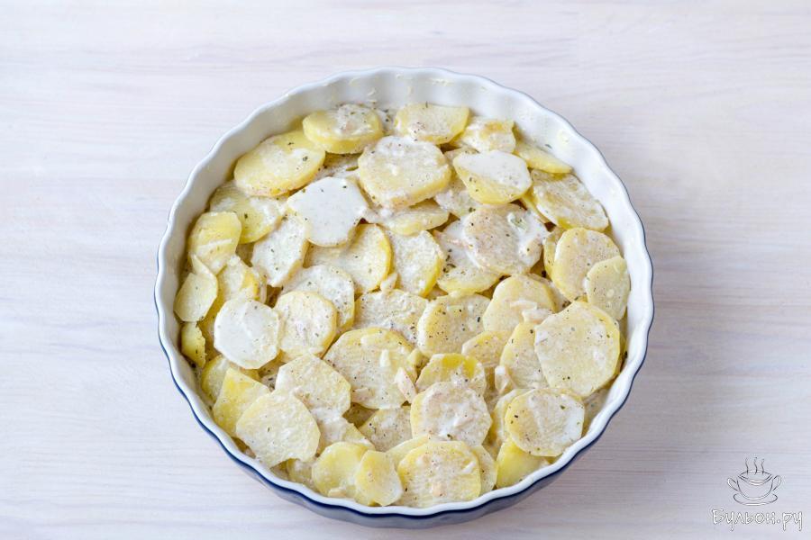 Влейте в форму смесь молока и сливок, в которой варился картофель.