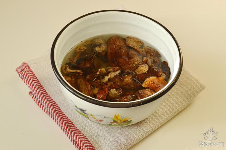 Грибы сушеные замочить часа на два в холодной воде. После этого грибы хорошо промыть, несколько раз меняя воду. Поставить вариться в одном литре воды, подсолив.