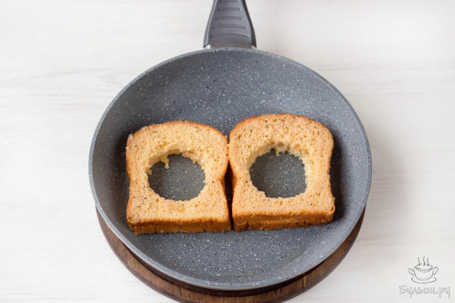 Выложите хлеб на разогретую сковороду и обжаривайте 2-3 минуты, пока хлеб не подрумянится.
