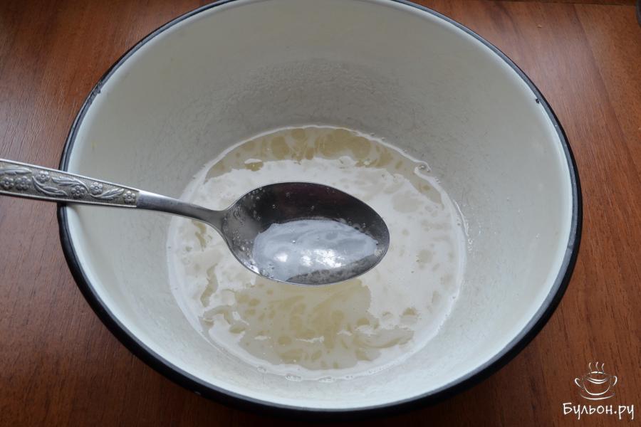 Поставить миску на небольшой огонь. Довести сахар до кипения, но не кипятить, а постоянно перемешивая, дать сахару полностью раствориться. Для этого понадобится минуты 3-4. Добавить в сироп лимонный сок, перемешать.