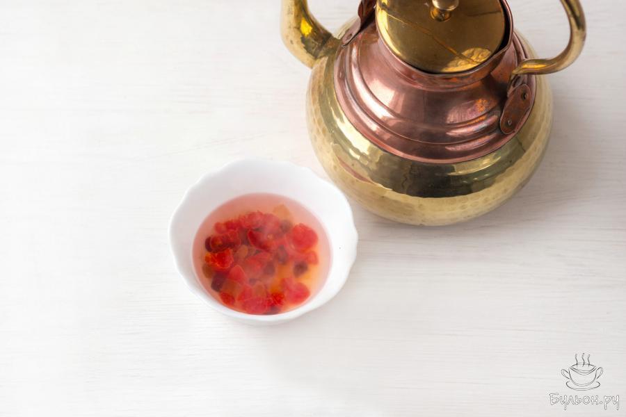 Сухофрукты или цукаты (любые, по своему вкусу) залейте чашкой кипятка и оставьте на 10-15 минут. Затем слейте воду, слегка обсушите фрукты и обваляйте в муке.