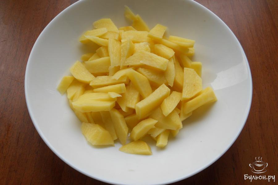 Картофель очистить и порезать брусочками.