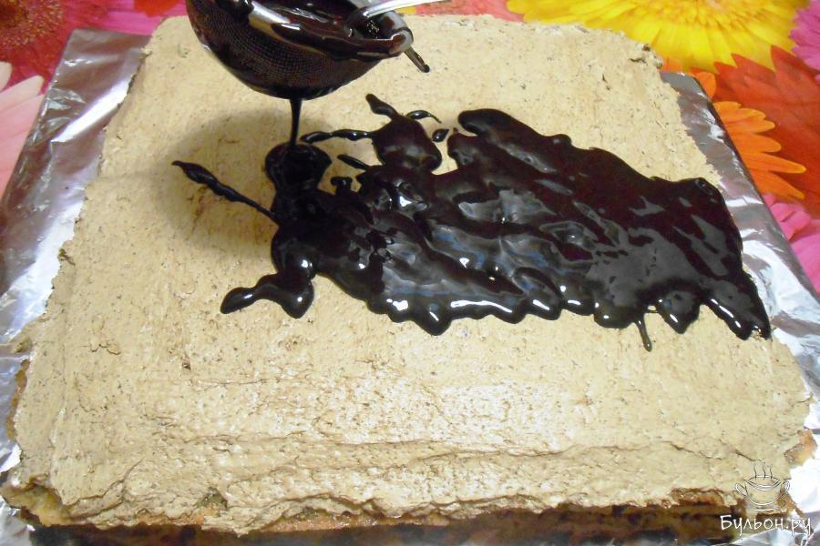 Нанести равномерным слоем глазурь на торт, процеживая ее через ситечко. Убрать в холодильник на ночь.