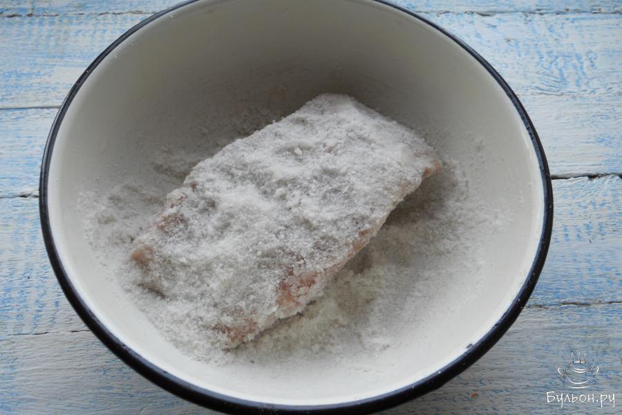Поместить свинину в миску и хорошенько обсыпать крупной солью со всех сторон. Не бойтесь большого количества соли - мясо возьмет в себя столько, сколько ему нужно. Накрыть посуду с мясом пищевой пленкой и поместить в холодильник на сутки.