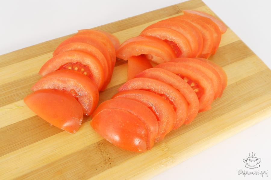 Оставшийся помидор порезать полукружками, если помидор не слишком крупный - кружочками.