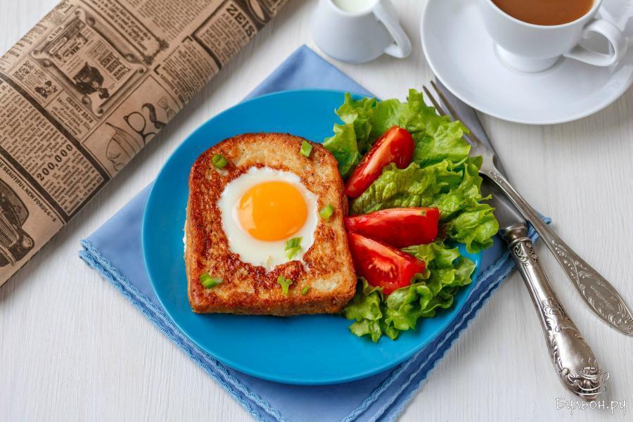 Яичница в хлебе готова. Приятного аппетита.