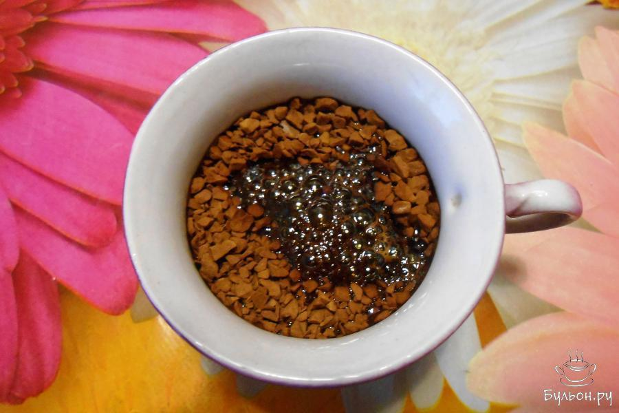 Готовим крем. В 30 мл горячей воды добавить 10 г растворимого кофе, перемешать и остудить.