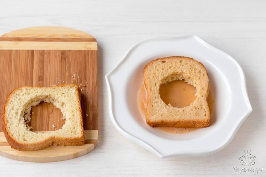 Обмакните в яичную смесь подготовленные кусочки хлеба с двух сторон.