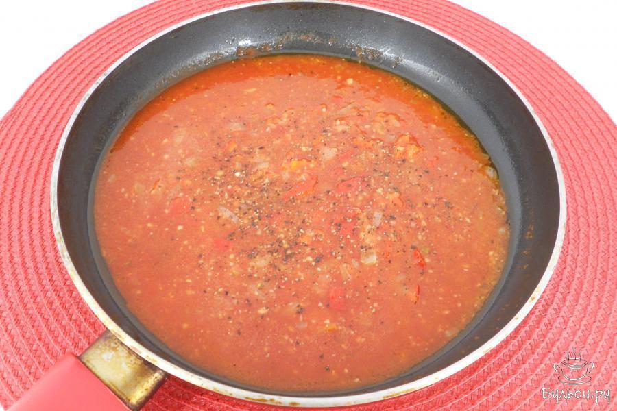 Влить томатный сок, добавить прованские травы, перемешать. Также, всыпать соль по вкусу и немного поперчить. Соус прогреть на небольшом огне 3-4 минуты и отставить.