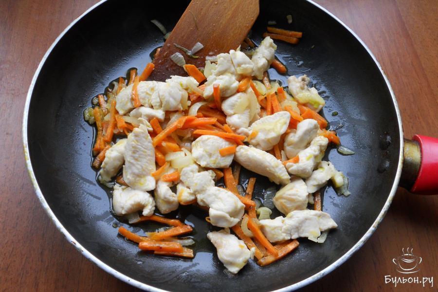 Обжарить курицу вместе с овощами около 5-7 минут, помешивая.