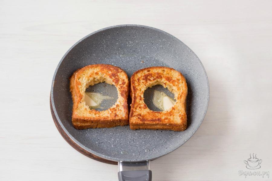 Затем, переверните хлеб и добавьте в каждое отверстие в мякише небольшой кусочек сливочного масла.