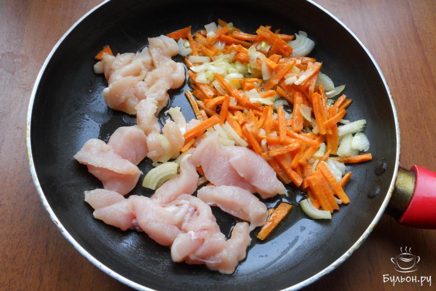 Обжарить овощи до мягкости, добавить порезанное кусочками куриную грудку, предварительно удалив кости.