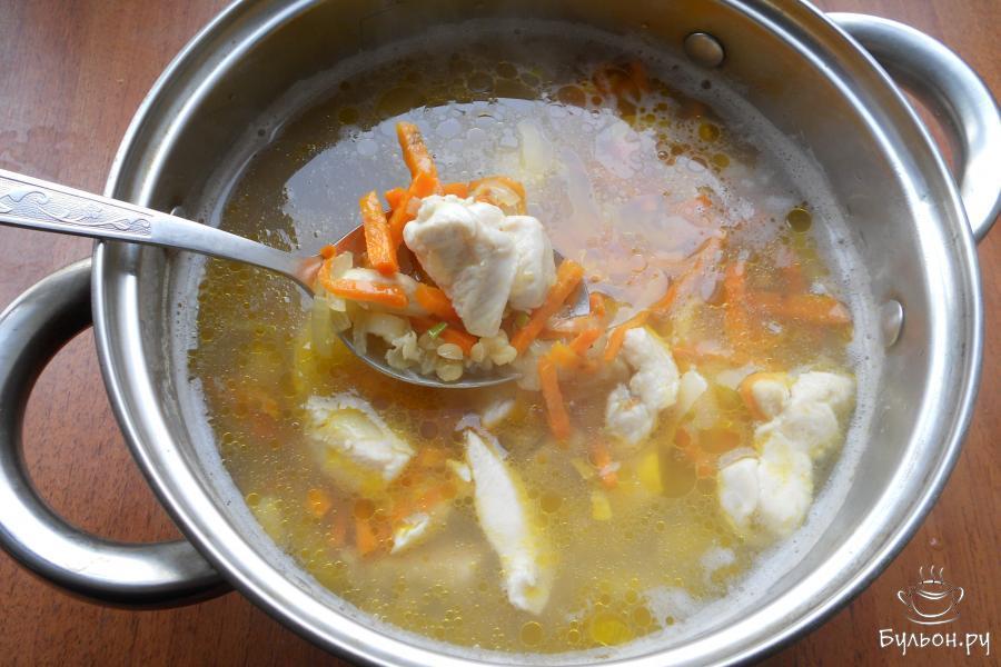 Когда картофель будет почти готов, а чечевица начнет развариваться, добавить в кастрюлю содержимое сковороды, перемешать.