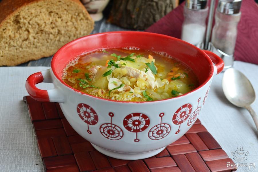 Разлить горячий суп по тарелкам и подать к столу. Суп по вкусу очень похож на гороховый, но готовится в разы быстрее. Приятного аппетита.