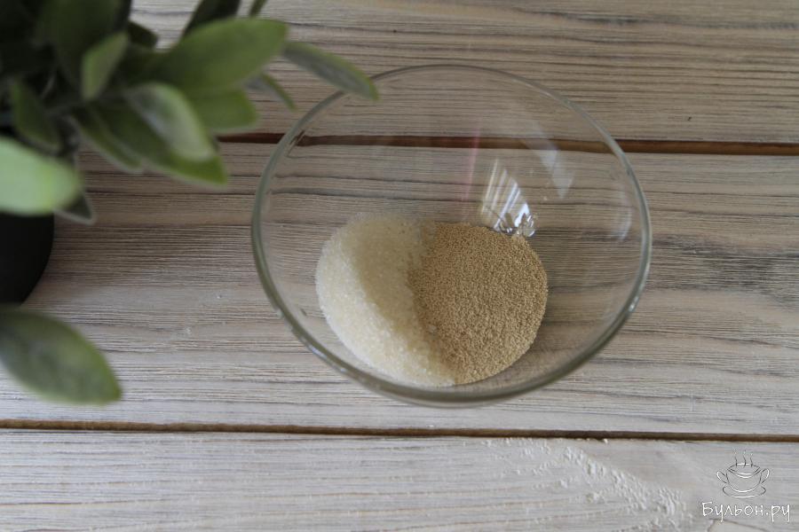 В чашу с мукой добавить сахар, соль и сухие дрожжи.
