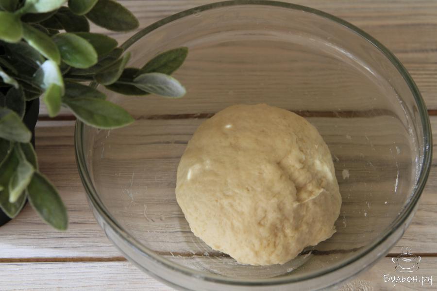 Замесить мягкое тесто. Тесто должно подойти и увеличиться в объеме в два три раза, поэтому убираем чашу с тестом в теплое место на 40-60 минут.