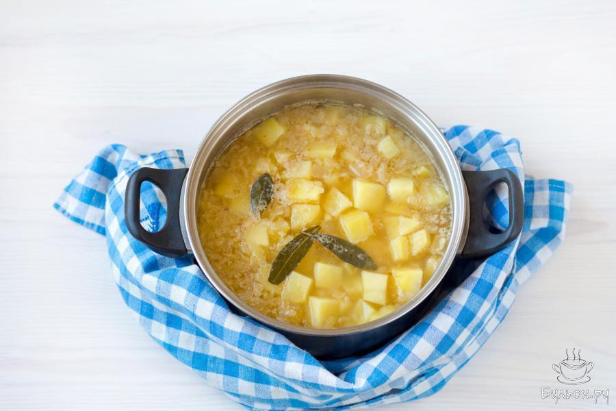 Доведите воду до кипения и варите картофель 15-20 минут, до мягкости.