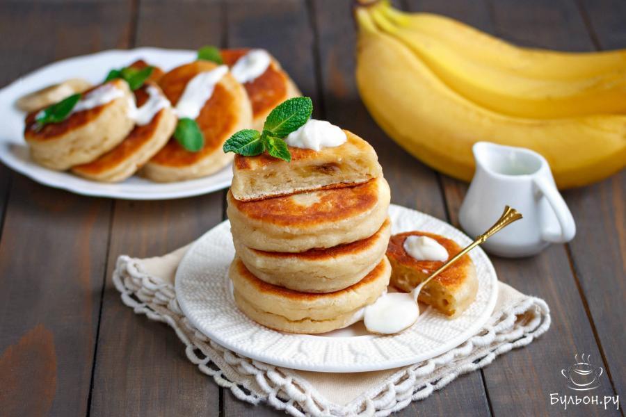 Готовые нежные сырники с бананом подавайте к столу горячими, дополнив по желанию йогуртом, сметаной или медом.