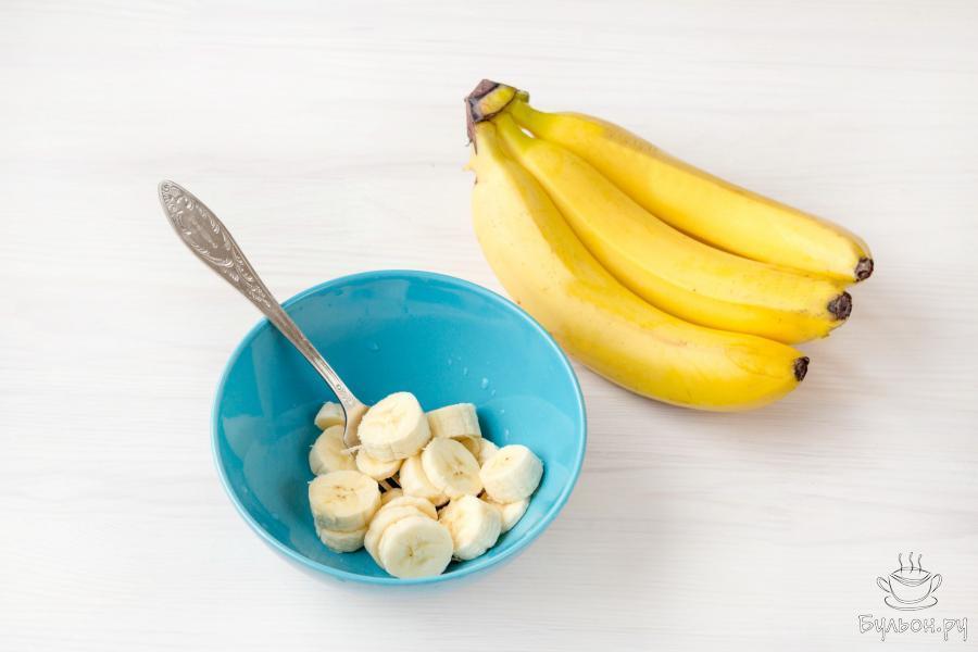 Один спелый банан разомните вилкой или измельчите в блендере до состояния пюре. Второй банан, не очищая от кожуры, нарежьте кружочками толщиной 3-4 миллиметра.