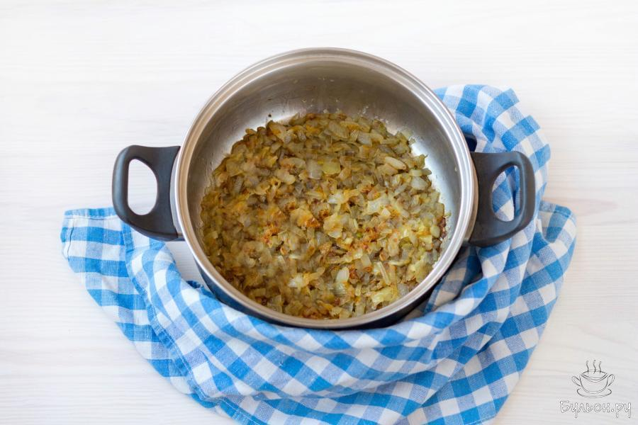 Затем добавьте 2 щепотки соли и 2-3 щепотки сахара и помешивая, обжарьте лук еще 5-6 минут, золотистого цвета.