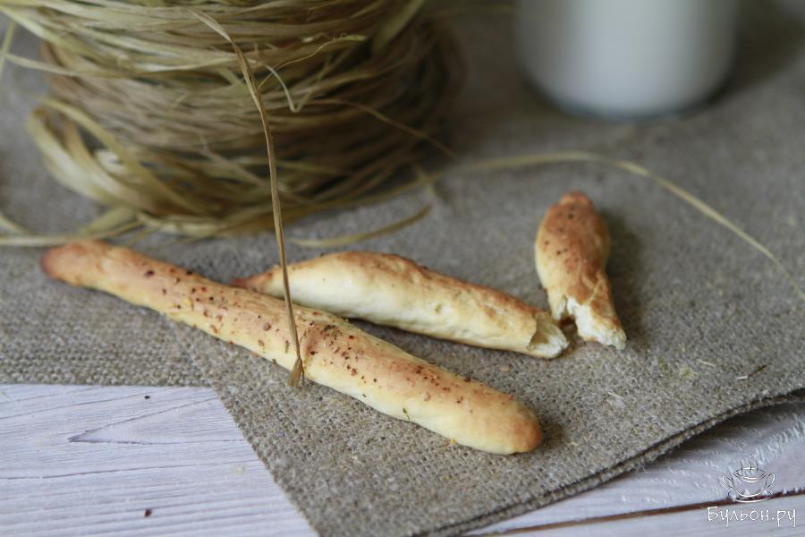 Выпекать палочки в хорошо разогретой духовке 20 минут при 180 градусах. Готовые хлебные палочки гриссини остудить и подать к столу.