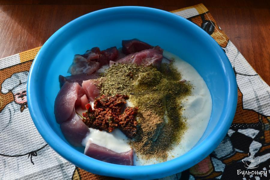 Сюда же добавить грузинскую острую аджику, всыпать сушеную мяту и молотый кориандр.