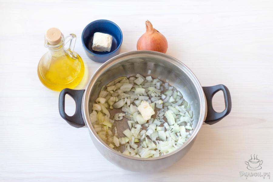 На среднем огне разогрейте 1-2 столовые ложки растительного масла. Добавьте мелко нарезанный репчатый лук и 1 столовую ложку сливочного масла. Обжарьте лук 2-3 минуты, пока он не станет мягким.