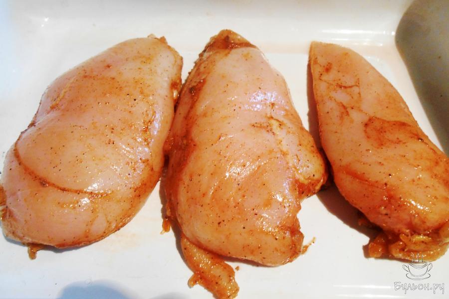 Смешать растительное масло, приправу для курицы, соль, перец и натереть куриное филе. Оставить мариноваться на 1 час.