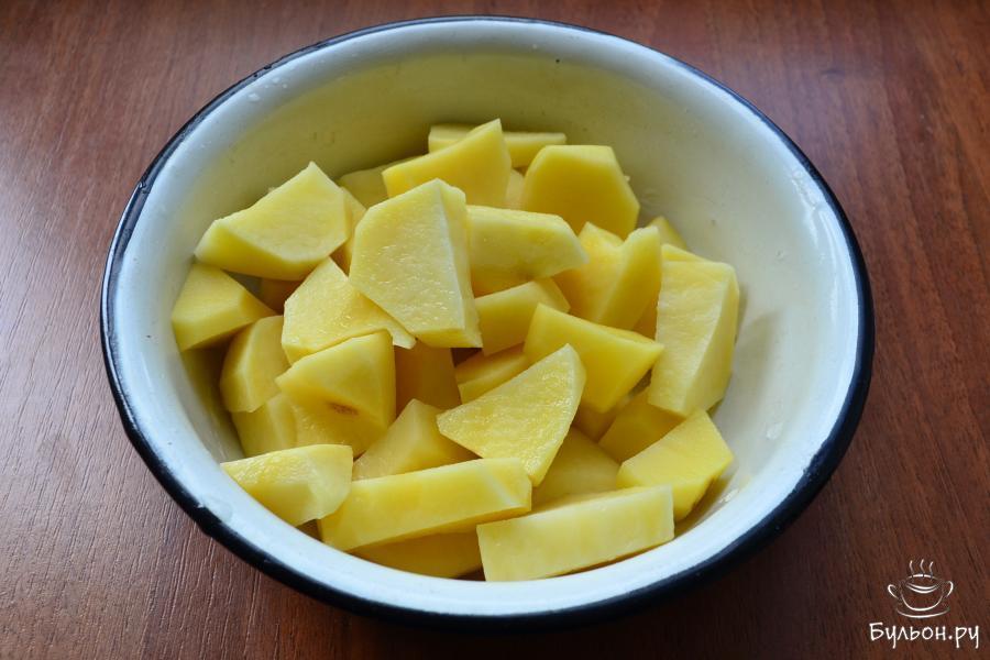 Картофель порезать крупно.