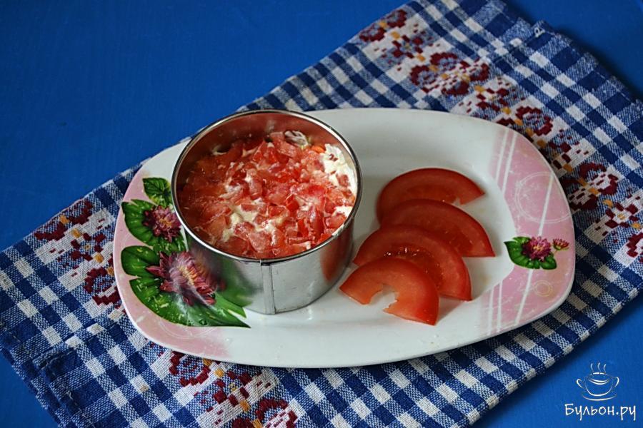 Салат с корейской морковью и колбасой готов к подаче.