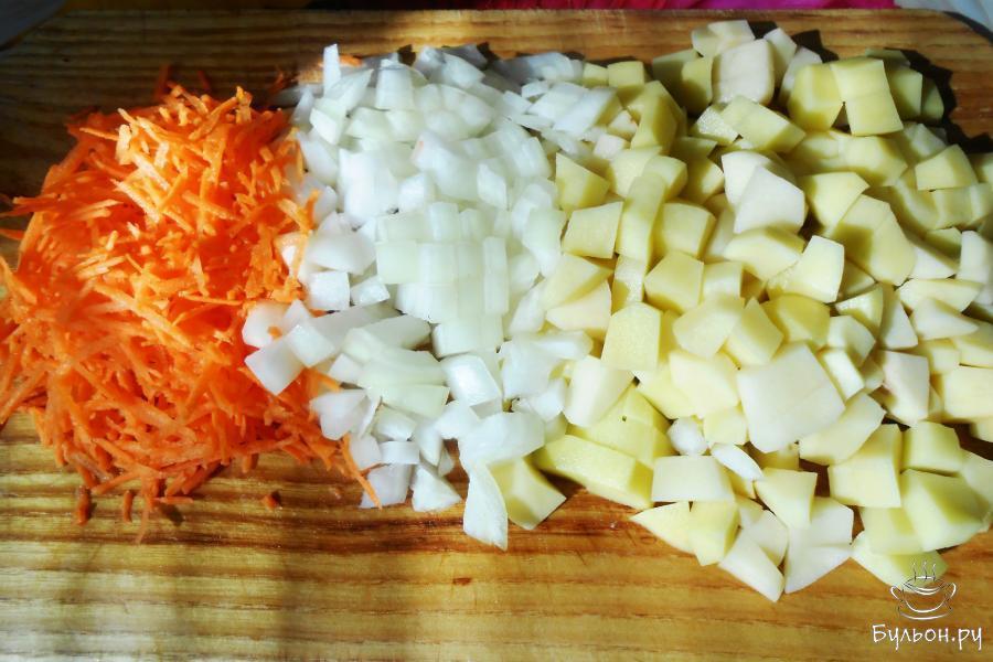 Овощи почистить от кожуры и промыть. Картошку и луковицу нарезаем не крупными кусочками, морковку натираем на средней терке.