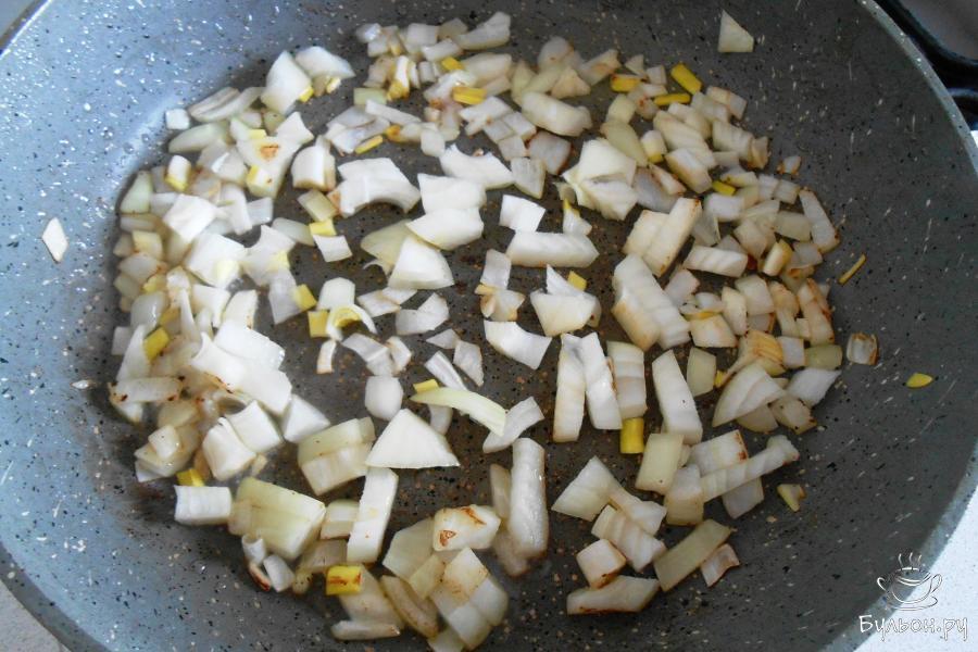 Обжарить лук до золотистости на сковородке с маслом (2 столовые ложки).