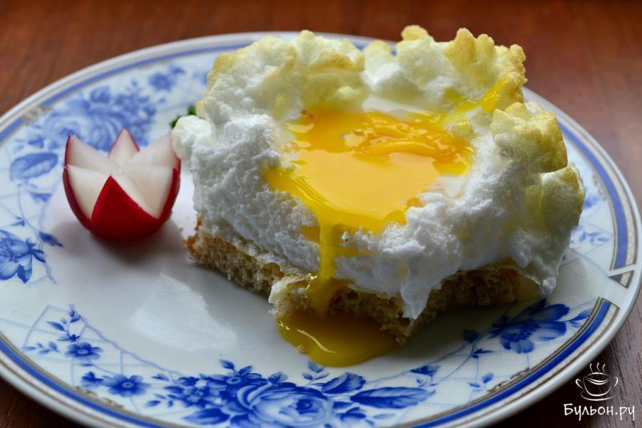 Яйца Орсини поместить теплыми на ломти хлеба с маслом, украсить веточкой петрушки, по-желанию, можно посыпать сыром. Желток в этом блюде должен остаться жидким, а белковое облако чуть хрустящим сверху и нежным внутри. Подать замечательный Завтрак аристократа к столу.